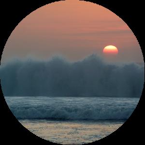 Coucher de soleil dans les vagues